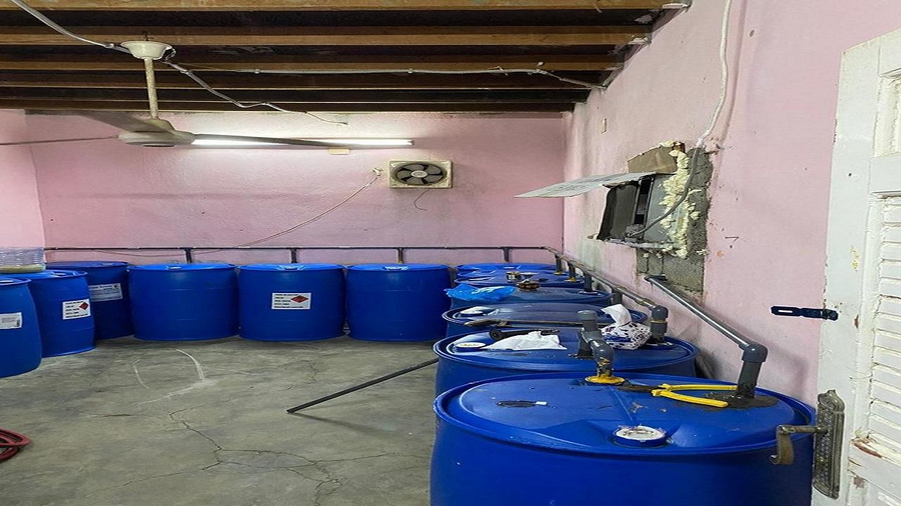 بالصور.. ضبط مصنع خمور في إحدى استراحات مكة