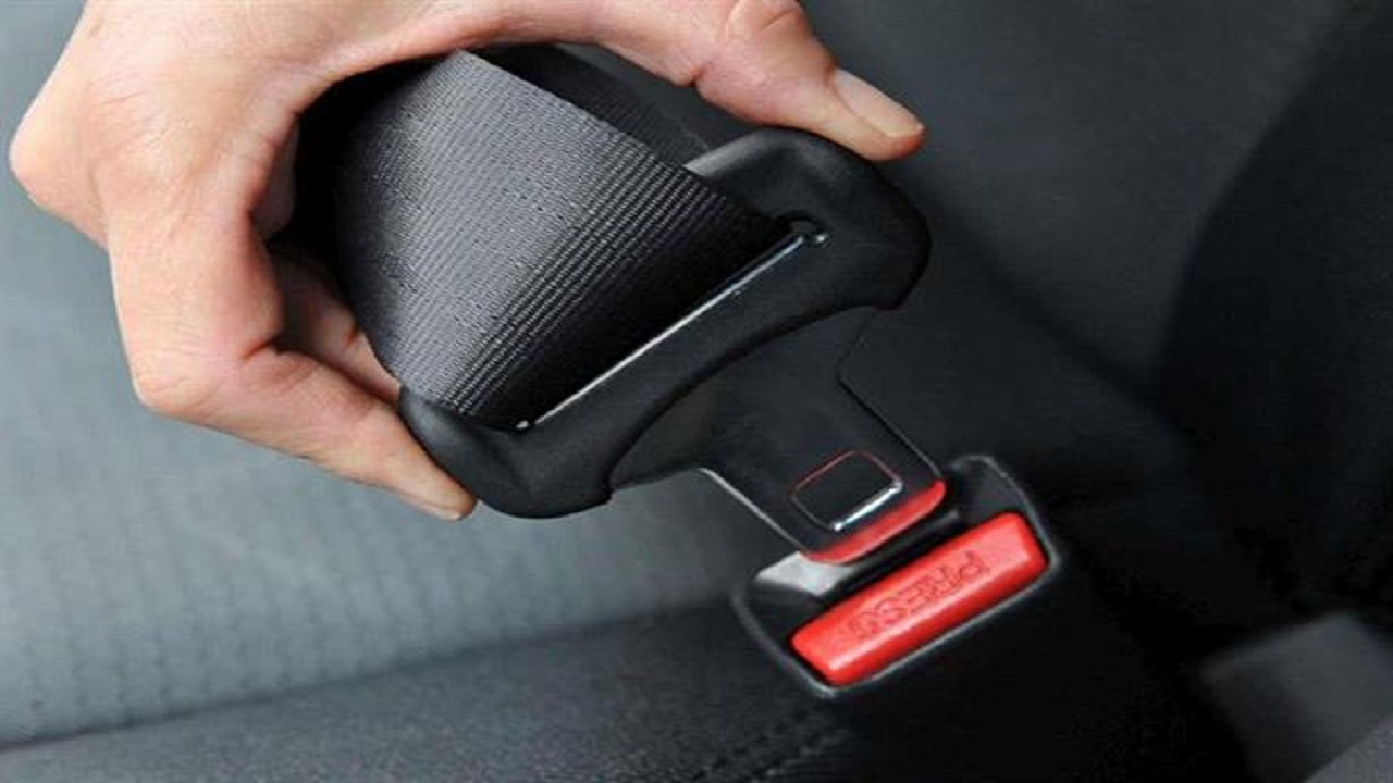 """""""المرور"""" توضح موقف الراكب بجوار قائد السيارة حال عدم ربط حزام الأمان"""