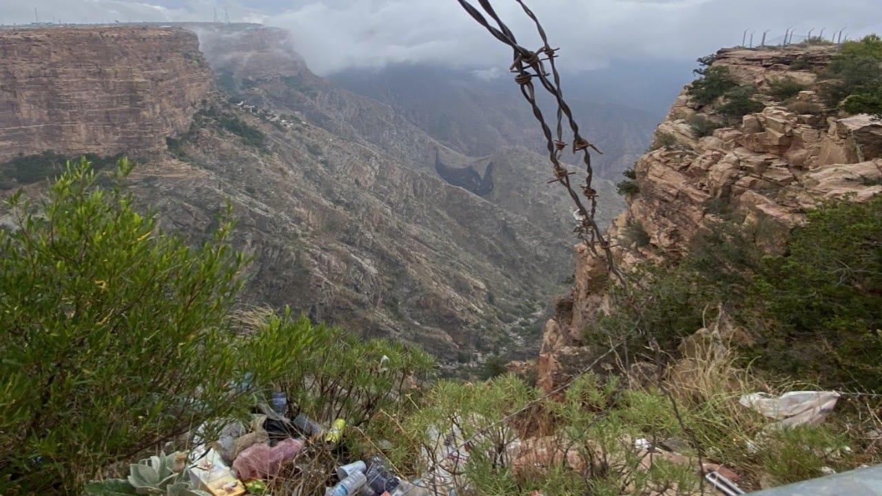 بالصور.. زائرون يحولون مناطق سياحية طبيعية إلى مكب نفايات.. ومطالب بفرض عقوبات صارمة