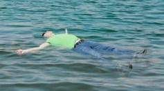 شاب يقضي 30 ساعة في المياه بعد أن قذفه انفجار بيروت في البحر (صور)