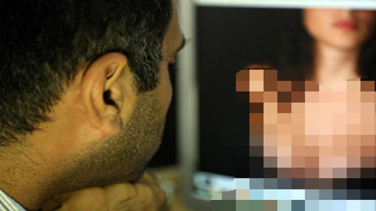 زوج يتفاجأ بمقاطع إباحية لزوجته بمواقع التواصل