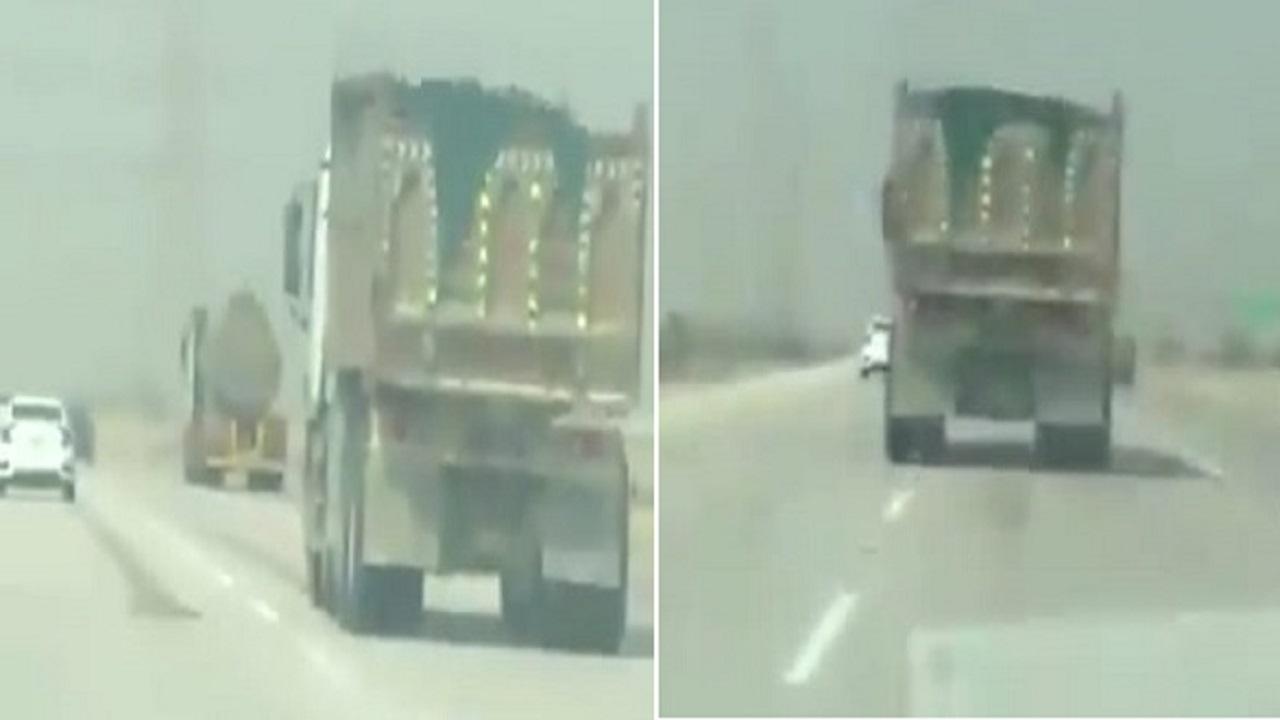 بالفيديو.. «المرور» يطيح بقائد شحنة متهور يقود بسرعة جنونية بالجبيل