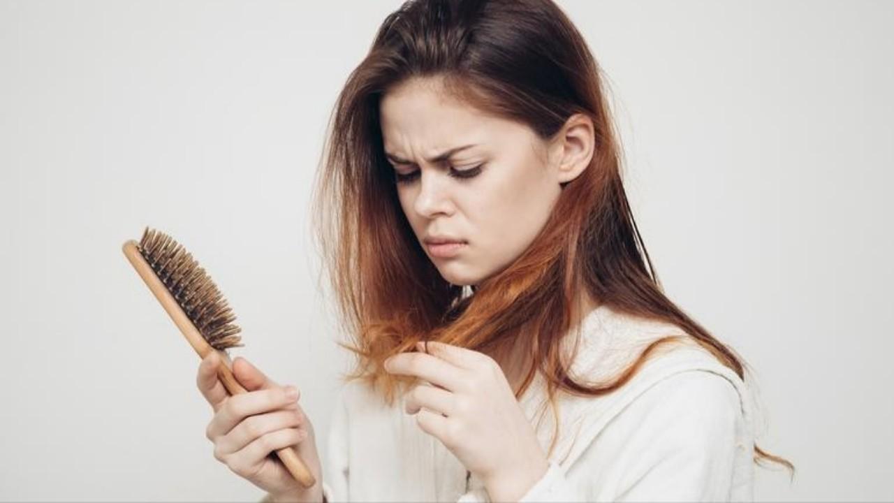 الفرق بين القشرة وجفاف الشعر