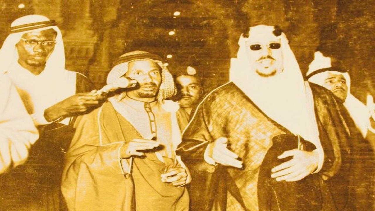 شاهد.. الملك سعود يتحدث إلى الإذاعة خلال تفقد توسعة الحرم الأولى