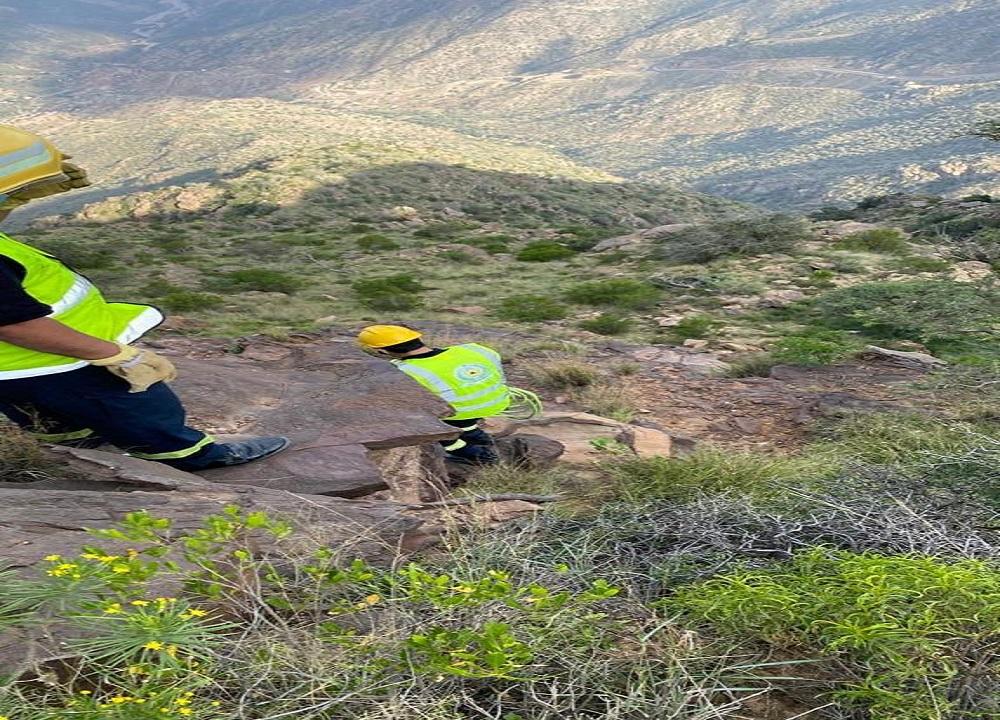 مدني أبها يتمكن من إنقاذ شخصاً سقط في منطقة جبلية بعقبة ردوم