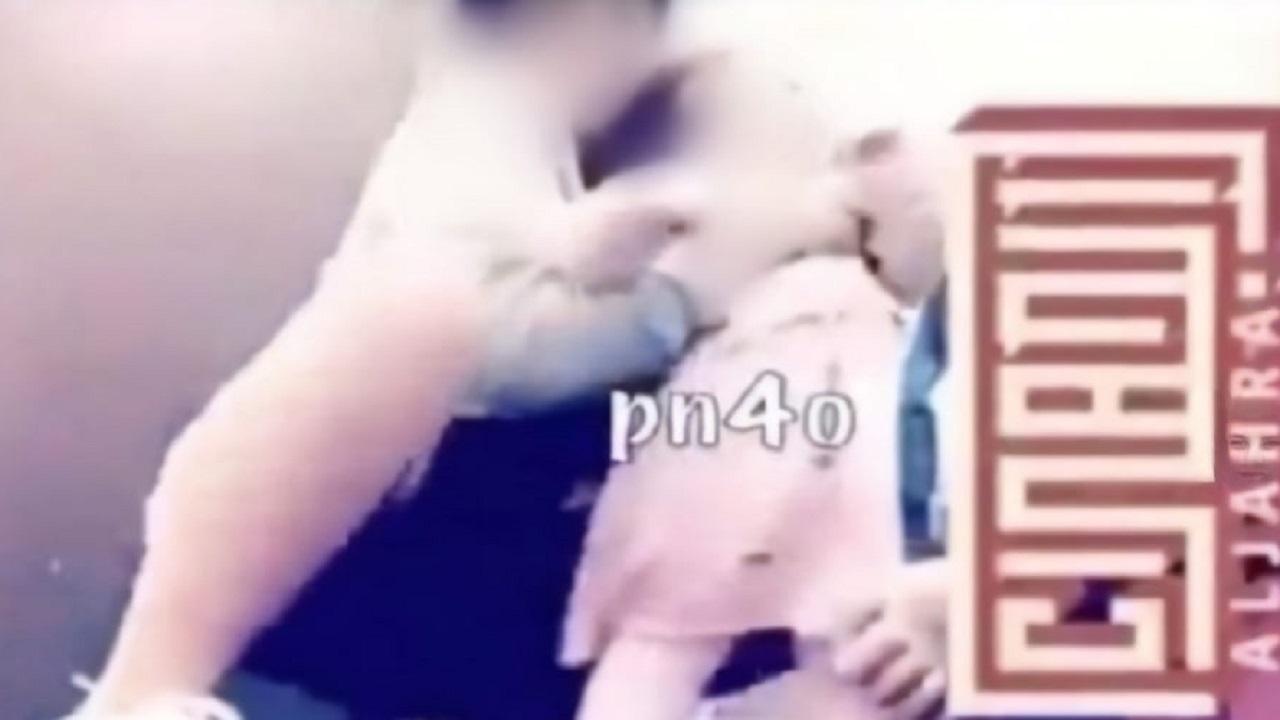 فيديو لفتاة تقوم بعمل ايماءات جنسية مع طفلة يثير موجة غضب