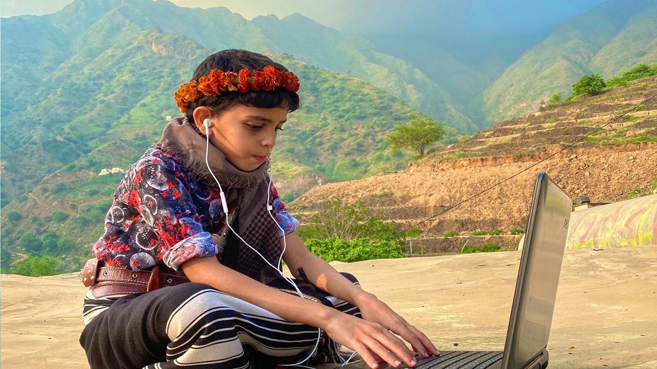 صورة تخطف الأنظار لطالب بالزي الجبلي أثناء الدراسة عن بعد بجازان
