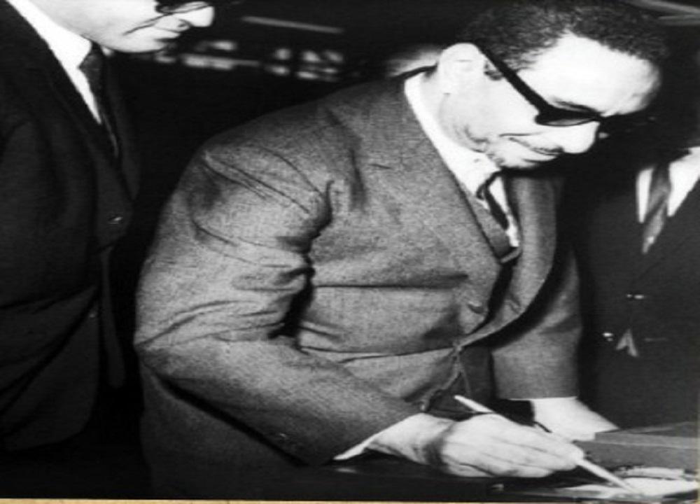 """صورة نادرة لـ""""عمر توفيق"""" وزير المواصلات """" آنذاك """" يجرب أول جهاز للفاكس"""