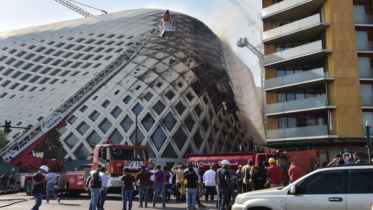 بالفيديو والصور.. حريق جديد يصيب مبنى تجاري ضخم في بيروت