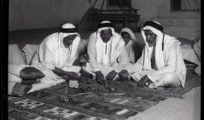 صورة قديمة لمجموعة من الرجال يزنون اللؤلؤ