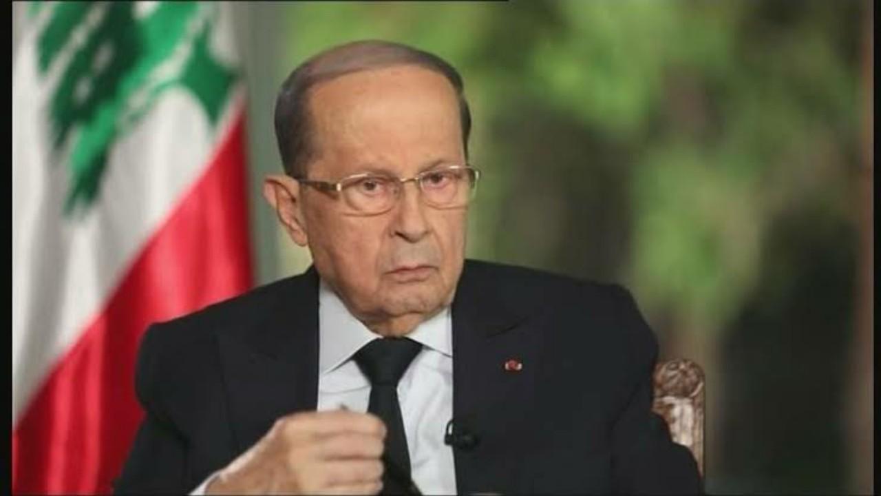شاهد.. لحظة تحطيم صورة ميشال عون داخل القنصلية اللبنانية في باريس
