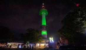 بالصور.. علم المملكة يزين برج نامسان في كوريا الجنوبية احتفالاً باليوم الوطني