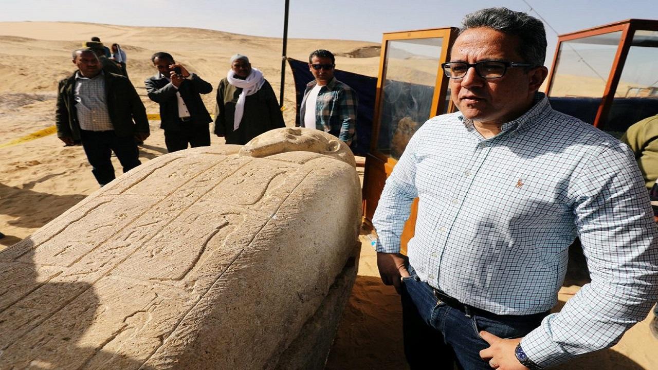 بالفيديو.. وزير مصري يتدلى في بئر عميق لاستخراج كنز