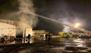 بالصور.. السيطرة على حريق هائل في مستودع أخشاب على طريق المدينة