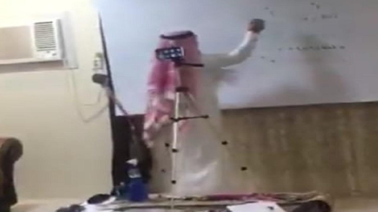 بالفيديو .. معلم يبدع مع طلابه ويحول منزله لفصل دراسي عن بعد بالأحساء