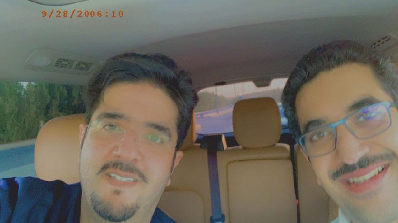 صورة عفوية للأمير عبد العزيز بن فهد والأمير نواف بن فيصل