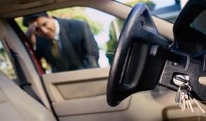 طريقة بسيطة لفتح السيارة إذا نسيت المفتاح داخلها