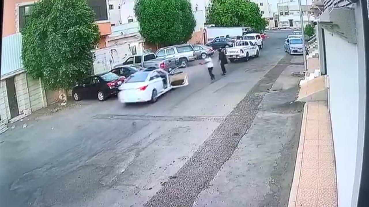 بالفيديو.. مجهولان يطلقان النار على سيارة داخل حي سكني
