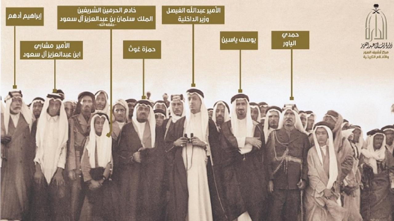صورة نادرة للملك سلمان في حفل تخريج أول دفعة من الجيش النظامي قبل 78 عاما