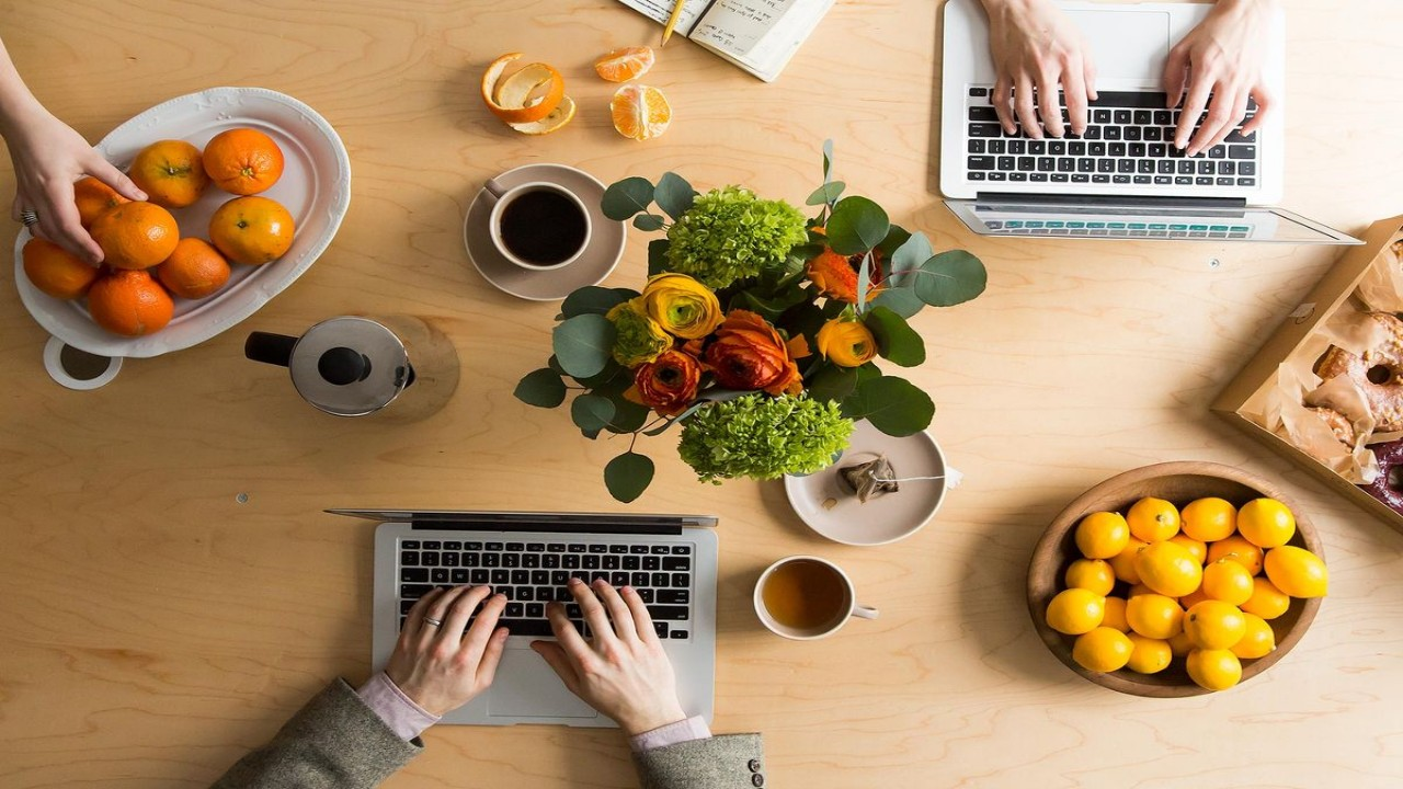 إهمال وجبة الغداء أثناء العمل يؤثر على مستويات تركيز الموظفين