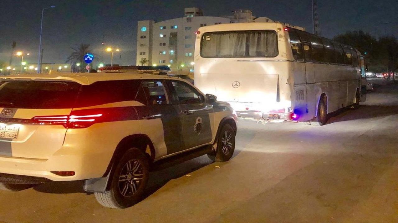 """""""المرور"""" تباشر بلاغًا عن شاحنة متهالكة تسير في أحد شوارع الرياض (فيديو)"""
