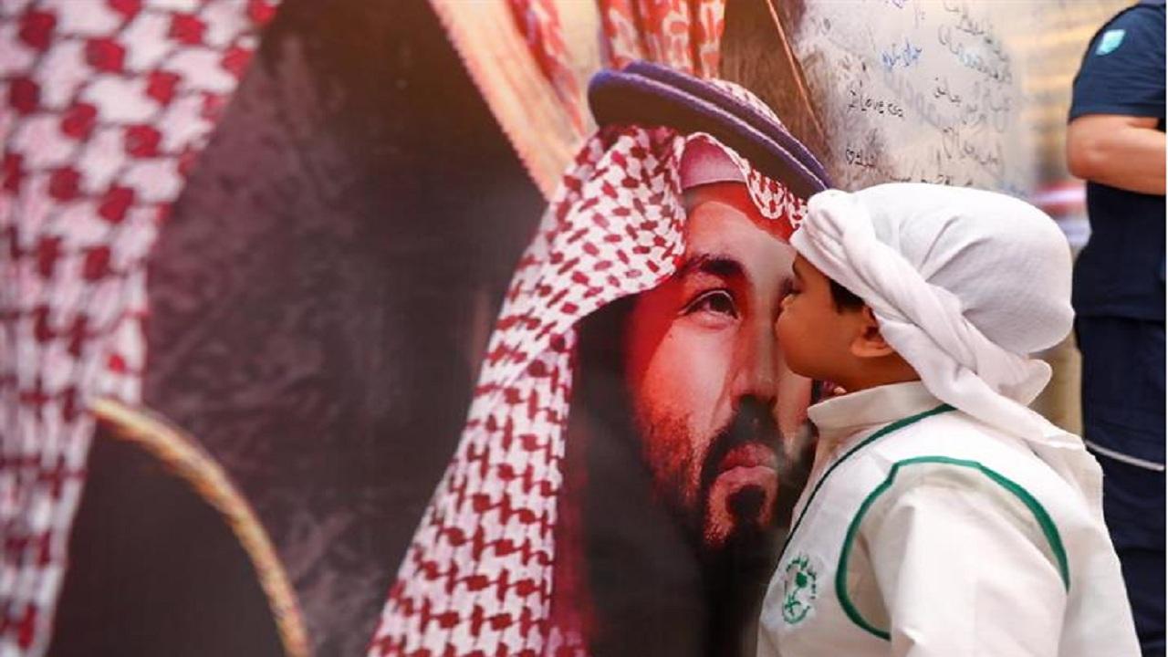 طفل يقبل صورة ولي العهد الأمير محمد بن سلمان بطريقة عفوية