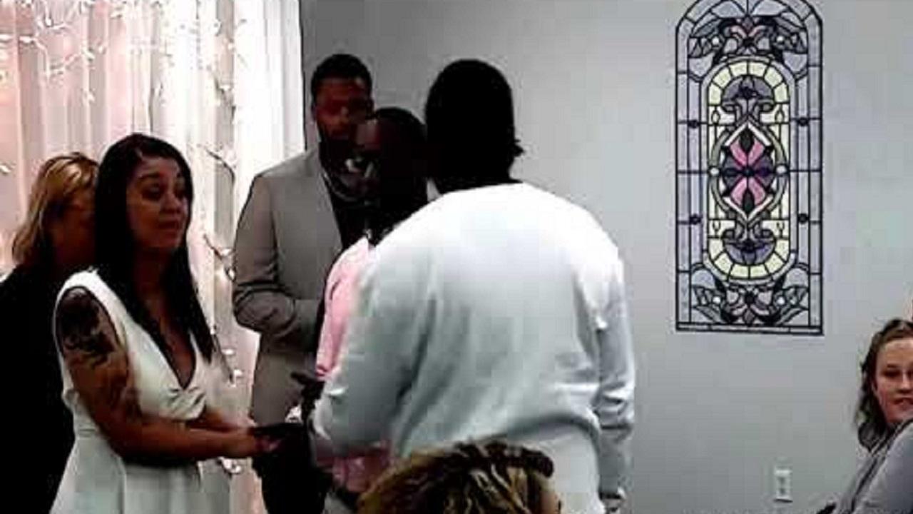 بالفيديو .. أب يدمر فرحة ابنه ويضربه أمام العروس أثناء عقد القران