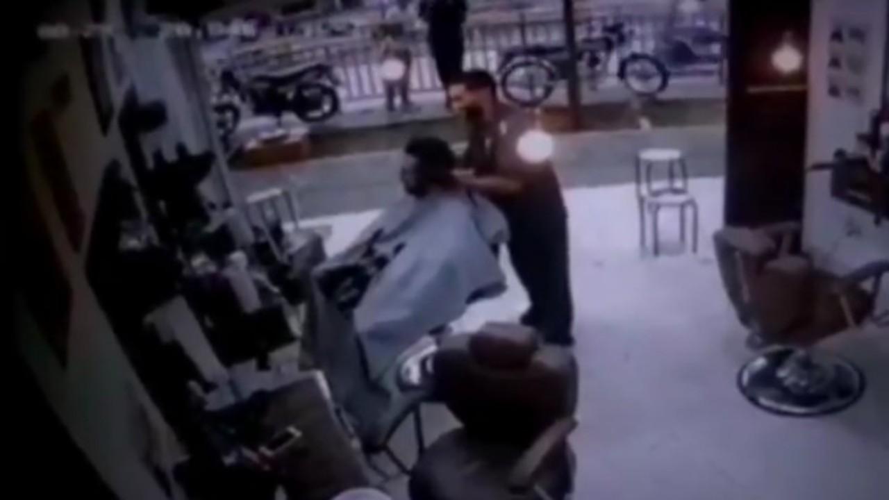 بالفيديو.. لحظة قتل شاب على يد مسلح داخل صالون حلاقة