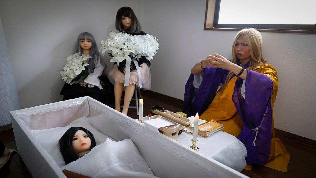"""بالصور..سيدة يابانية تقيم جنازات فاخرة لـ """" دمى الجنس """""""