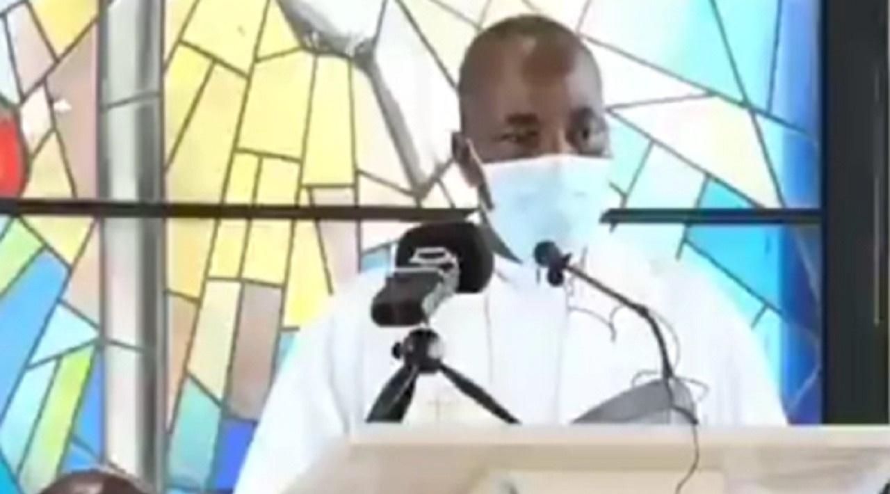 شاهد.. فيديو صادم لوفاة قس كاميروني أمام رعيته خلال حديثه معهم