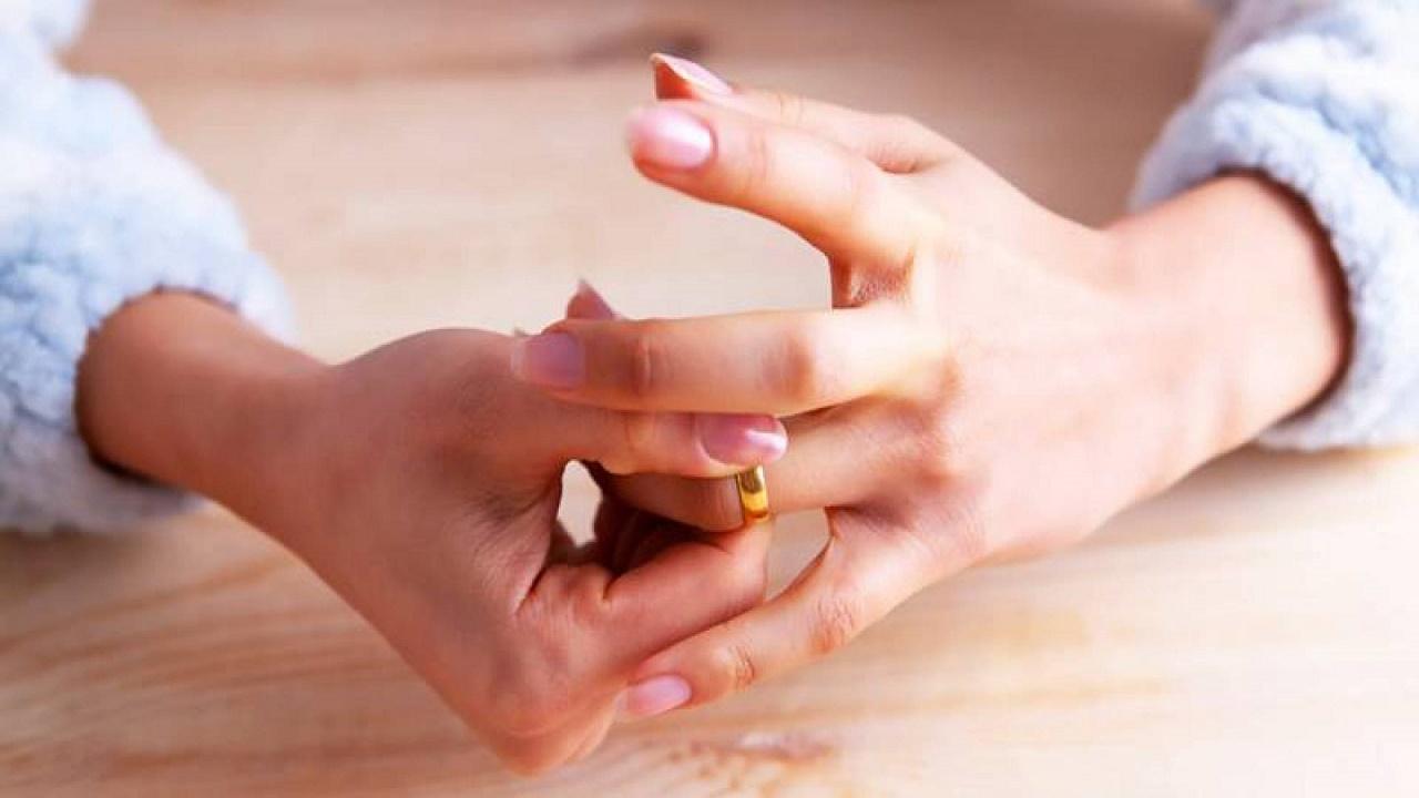 امرأة تطلب الطلاق من زوجها بسبب أسنانه