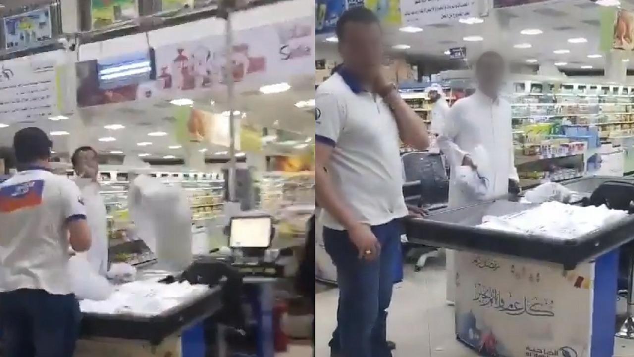 رجل يُسيء لموظفة سعودية ويُلقي المشتريات في وجهها