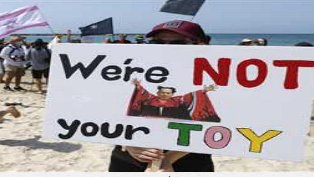احتجاجات بـ«البكيني» ضد «نتنياهو» تجتاح شواطئ اسرائيل