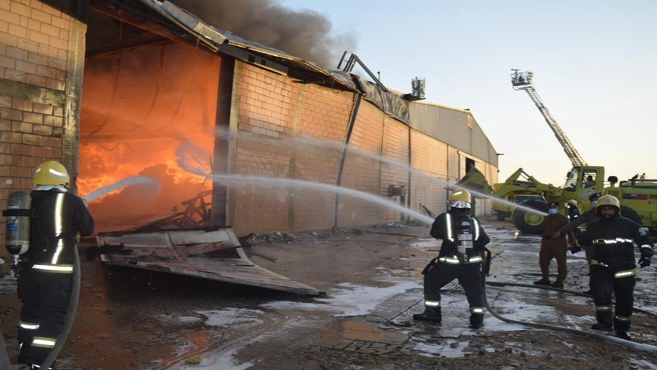 حريق ضخم بمستودع للخيام في الرياض