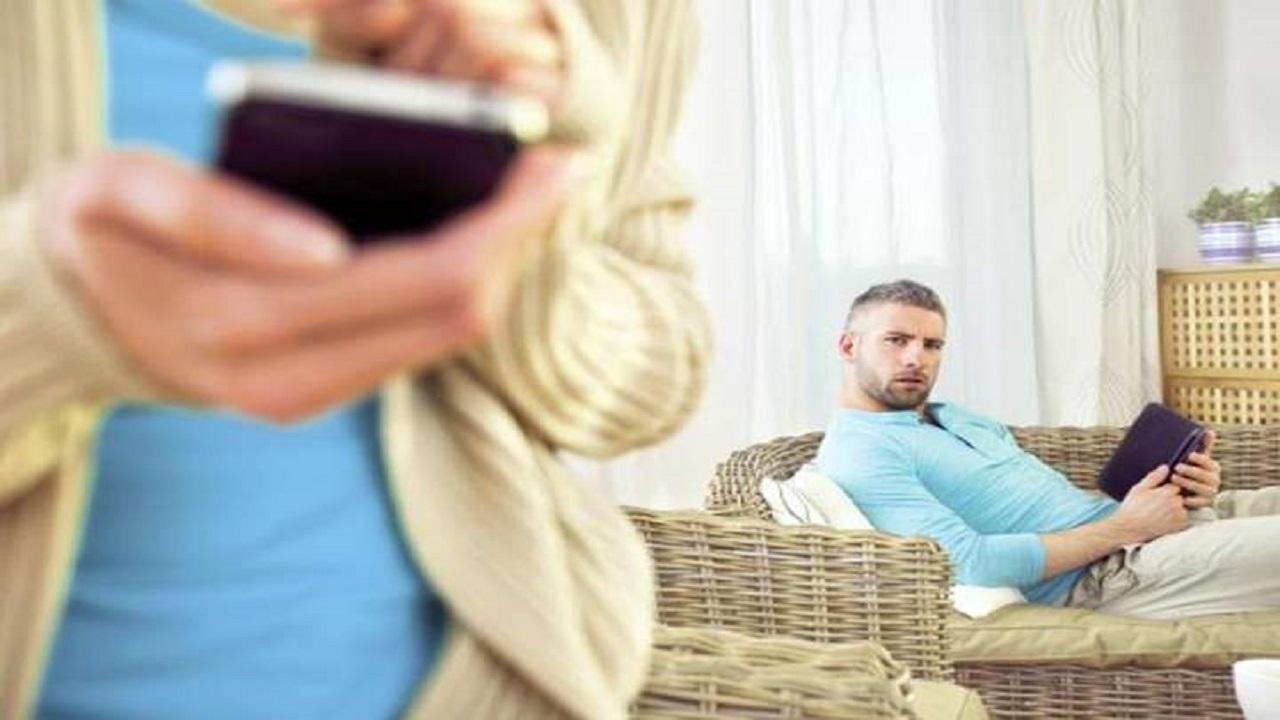 رجل يكتشف خيانة زوجته وإدمانها الأفعال غير الأخلاقية
