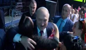 شاهد.. أحمر شفاه على وجه رئيس بيلاروسيا خلال حضوره منتدى نسائي