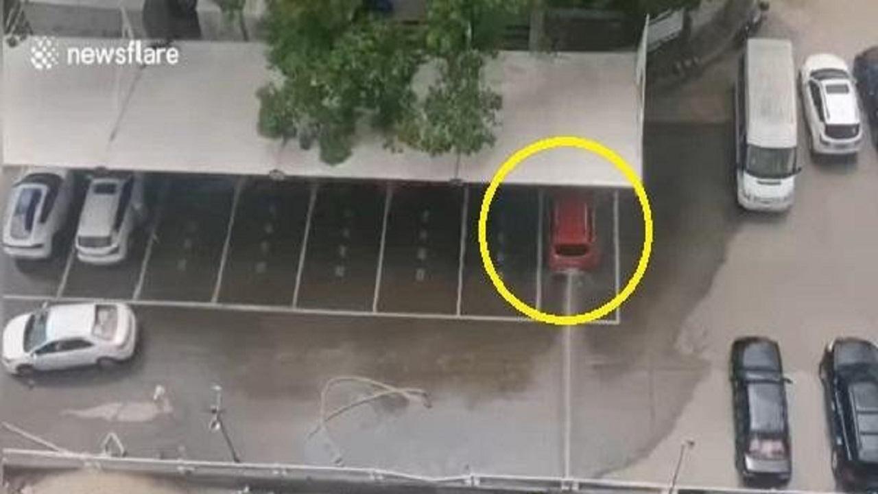 شاهد.. انفجار سيارة كهربائية عند إعادة شحنها بشكل مروع