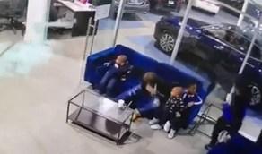 بالفيديو والصور.. رجل يحاول إنقاذ أطفاله بجعل جسده درعًا لمواجهة الرصاص