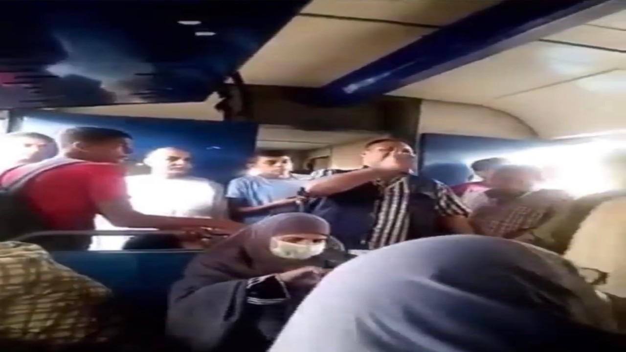 شاهد.. رئيس قطار ومحصل يتطاولان على مجند بالجيش المصري والقوات المسلحة تُعلق