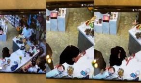 بالفيديو.. مواطنة تجهش بالبكاء بعد تقديم باقة ورد لها