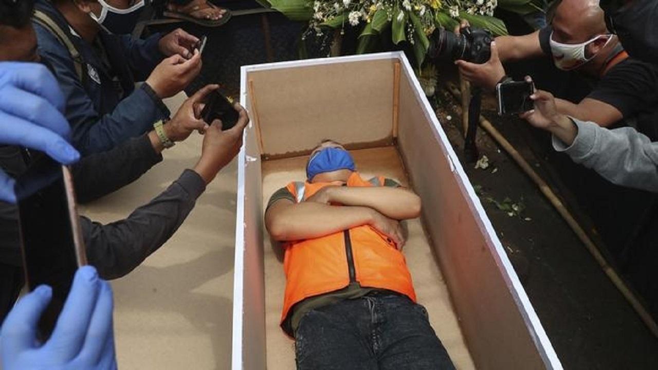 """وضع المخالفين لإجراءات الوقاية من كورونا في """"تابوت"""" عقابا لهم"""
