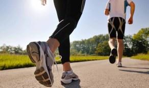 المشي يحافظ على وزن صحي ويحد من القلق والاكتئاب
