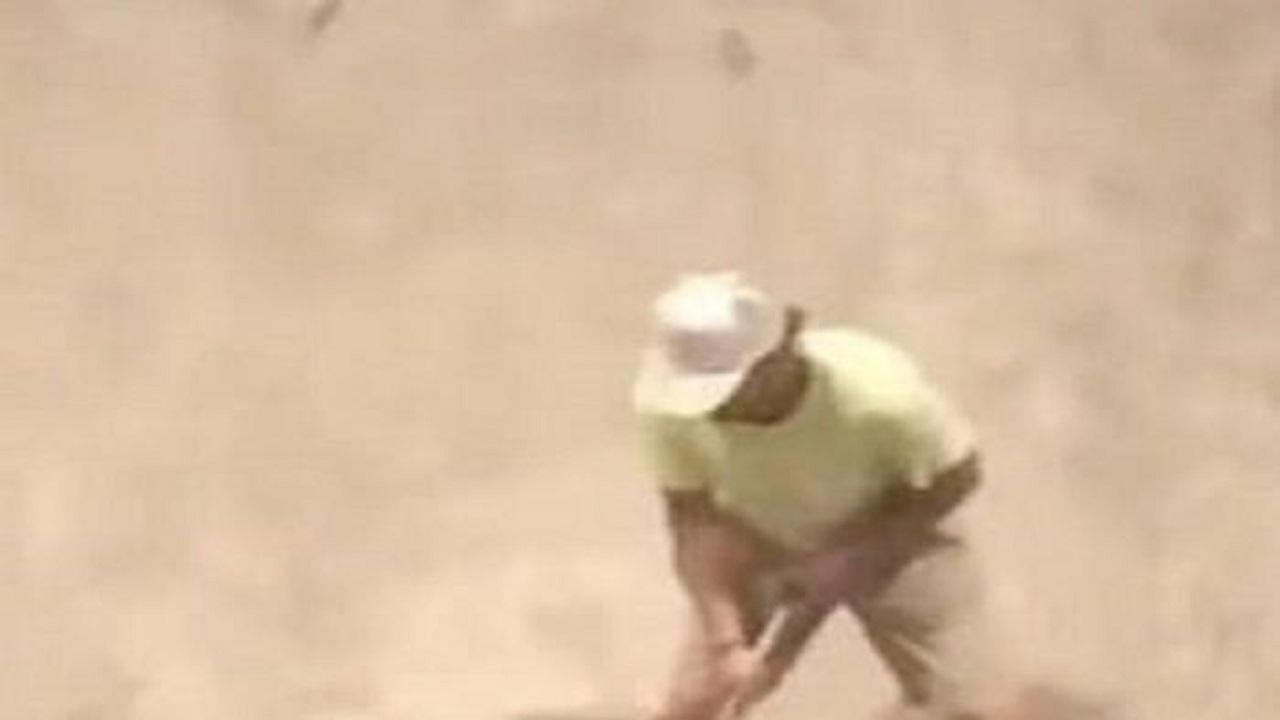 بالفيديو.. فأر يهاجم رجلا ويصيبه بالرعب بعد أن يسقطه أرضا
