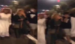 بالفيديو..شبان يتجمهرون حول فتاة بالشارع ومطالب للجهات الأمنية بالتدخل