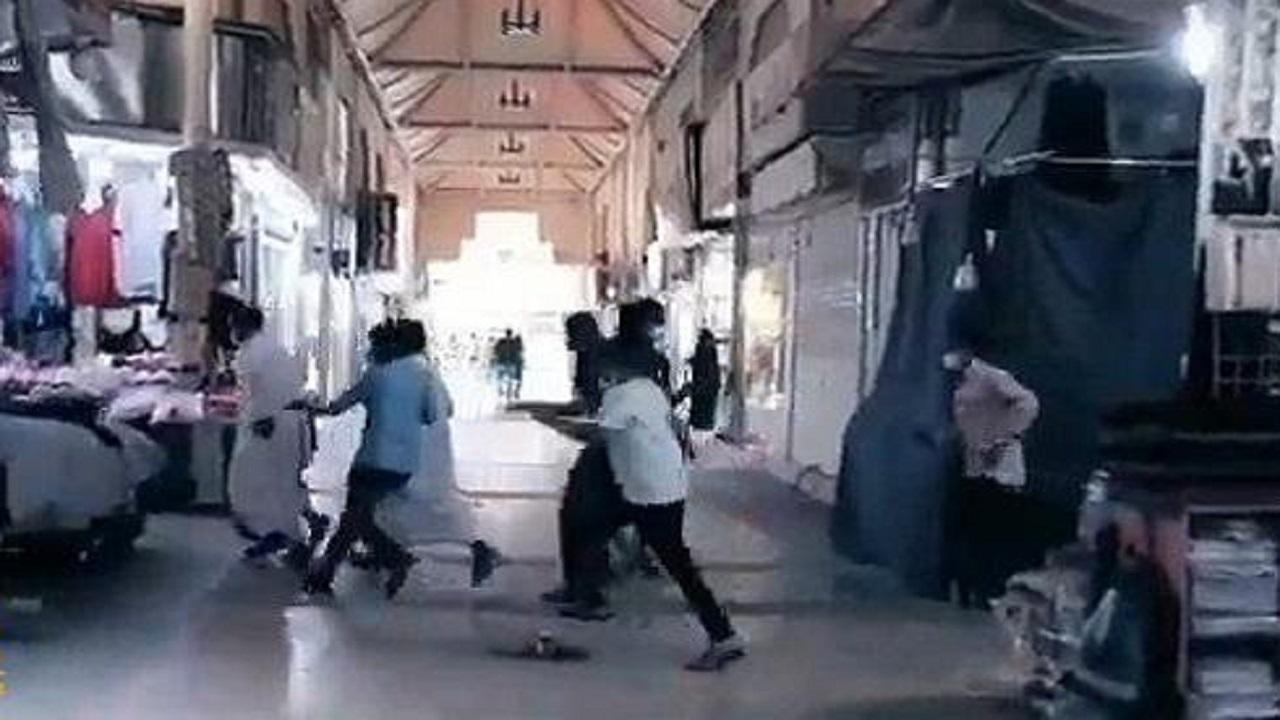 بالفيديو.. لحظة هروب عمالة مخالفة أثناء حملة رقابية على محلات الرياض
