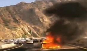 شاهد..لحظة اشتعال النيران في سيارة خلالصعودها جبل الهدا