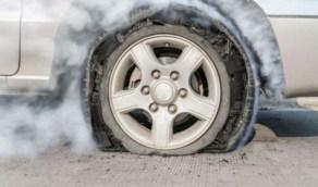 كيفية التعامل مع انفجار إطار السيارة أثناء القيادة
