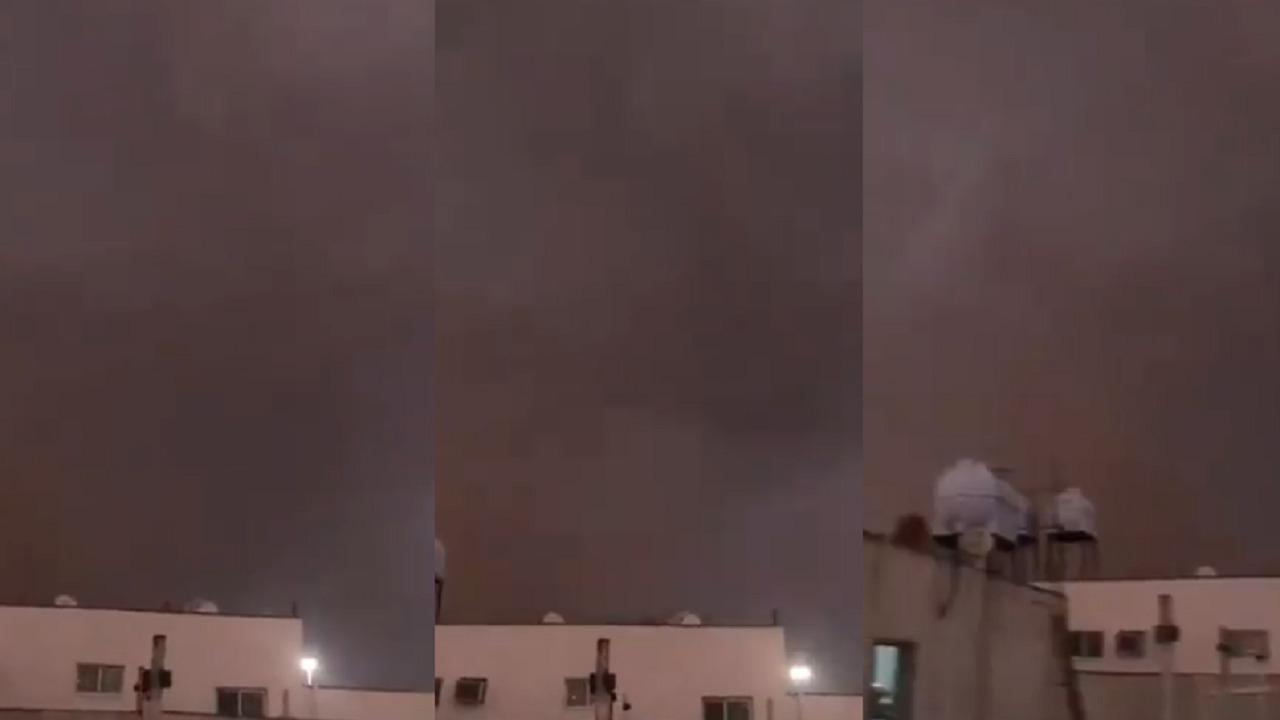 بالفيديو.. لحظة دخول السحب الرعدية لأجواء مدينة تبوك