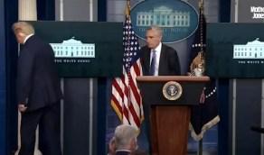 بالفيديو.. مكالمة طارئة تجبر ترامب على مغادرة مؤتمره الصحفي