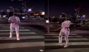 بالفيديو..فتاة بلباس غير محتشم ترقص وسط الشارع في جدة